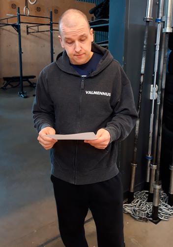 personal trainer tarkistaa asiakkaan ohjelman
